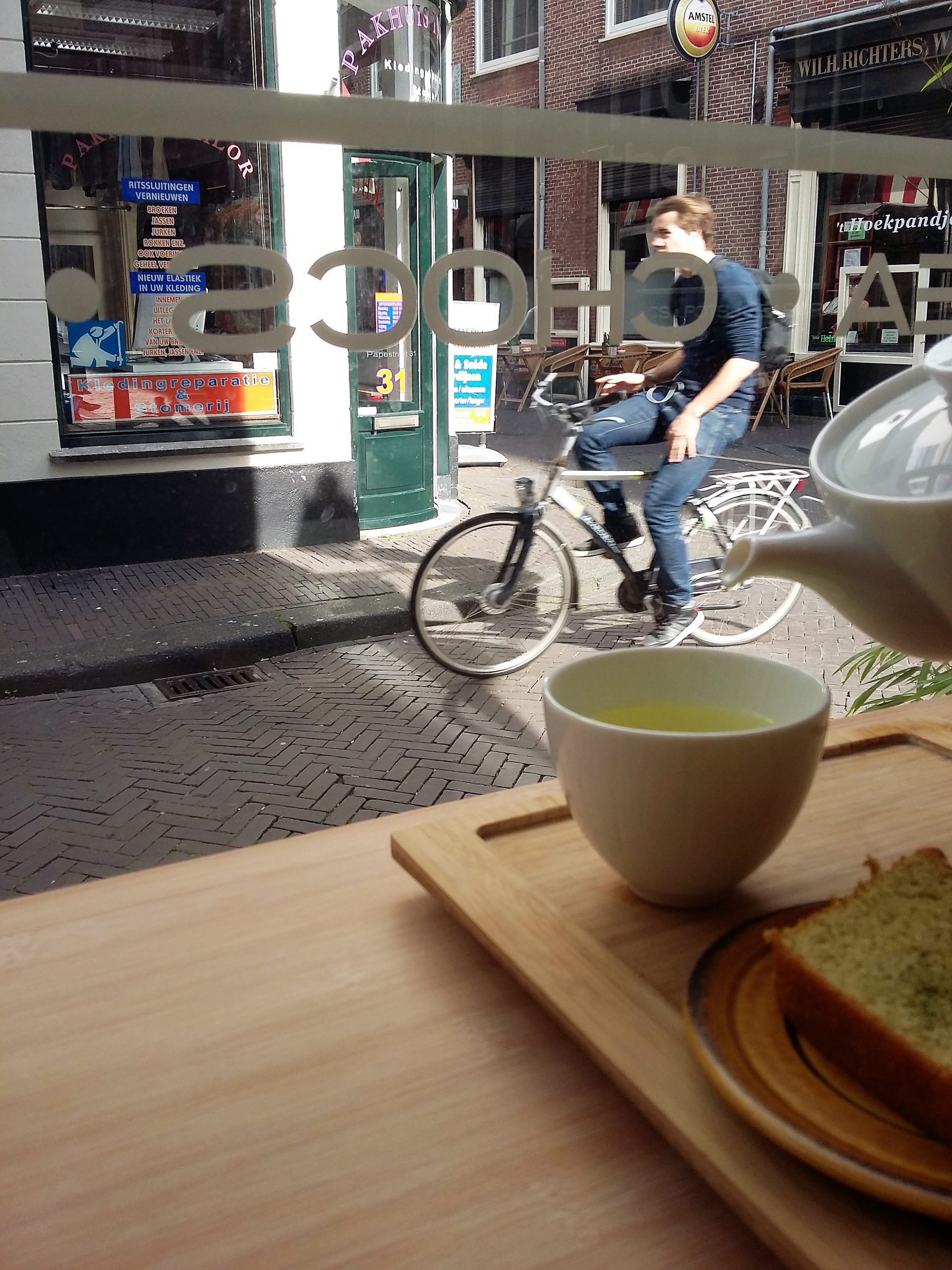 Hug-the-Tea_The_Hague_TeaVoyages_Cyclist